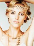 Η νέα ξανθή γυναίκα έντυσε όπως τη θεά αρχαίου Έλληνα, χρυσός jewelr Στοκ Φωτογραφία