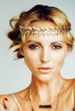 Η νέα ξανθή γυναίκα έντυσε όπως τη θεά αρχαίου Έλληνα, χρυσός jewelr στοκ φωτογραφίες