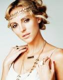 Η νέα ξανθή γυναίκα που ντύθηκε όπως τη θεά αρχαίου Έλληνα, χρυσά χέρια κοριτσιών κοσμήματος στενά επάνω απομονωμένα, όμορφα το κ Στοκ Φωτογραφία