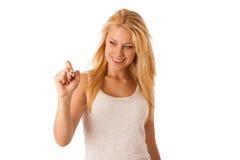 Η νέα ξανθή επιχειρησιακή γυναίκα με τα μπλε μάτια, γράφει σε ένα γυαλί TA στοκ εικόνα