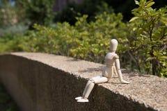 Η νέα ξύλινη μαριονέτα χαλαρώνει στον ήλιο Στοκ φωτογραφίες με δικαίωμα ελεύθερης χρήσης