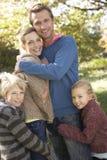Η νέα οικογένεια θέτει στο πάρκο Στοκ φωτογραφία με δικαίωμα ελεύθερης χρήσης