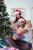 Η νέα οικογένεια που αναμένει τα Χριστούγεννα εορτασμού μωρών παιδιών Στοκ Εικόνες