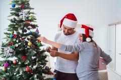 Η νέα οικογένεια που αναμένει τα Χριστούγεννα εορτασμού μωρών παιδιών Στοκ φωτογραφίες με δικαίωμα ελεύθερης χρήσης
