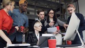 Η νέα ομάδα των multiethnic δημιουργικών επιχειρηματιών διευθύνει την ανάλυση των νέων επιχειρησιακών ιδεών, των διαγραμμάτων και φιλμ μικρού μήκους