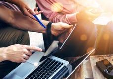 Η νέα ομάδα συναδέλφων αναλύει ηλεκτρονικές συσκευές εκθέσεων συνεδρίασης τις σε απευθείας σύνδεση Ψηφιακό πρόγραμμα ξεκινήματος  Στοκ φωτογραφία με δικαίωμα ελεύθερης χρήσης