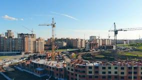 Η νέα περιοχή μιας πόλης χτίζεται Οικοδόμηση κάτω από την κατασκευή απόθεμα βίντεο