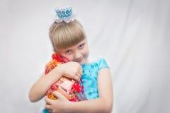 Η νέα πριγκήπισσα στο μπλε φόρεμα πίεσε στις τσάντες δώρων θωρακικού Novogodniy καραμέλας του Πορτρέτο ενός παιδιού Στοκ Φωτογραφία