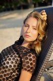 Η νέα προκλητική γυναίκα που τοποθετεί και που μαλακώνεται πλησίον, ενώνει την καλή καυτή ημέρα καλοκαιρινών διακοπών, φορώντας μ Στοκ Φωτογραφίες