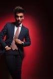 Η νέα στάση επιχειρηματιών στο κόκκινο στούντιο με παραδίδει την τσέπη Στοκ Εικόνες