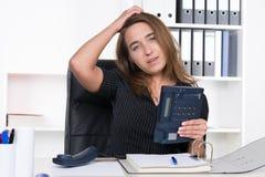 Η νέα στοχαστική γυναίκα κρατά ένα τηλέφωνο Στοκ Φωτογραφίες
