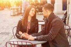 Η νέα συνεδρίαση ζευγών στον καφέ οδών καίγεται στον ήλιο Ρομαντική ημερομηνία στοκ φωτογραφία με δικαίωμα ελεύθερης χρήσης