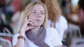 Η νέα συνεδρίαση κοριτσιών beautifil ξανθή από τον πίνακα στον καφέ κατά μια ημερομηνία με το φίλο και τον ακούει απόθεμα βίντεο