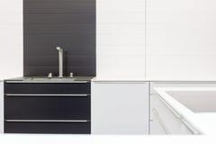 Η νέα σύγχρονη γραπτή κουζίνα με τον κρουνό χρωμίου και η ορθογώνια κουζίνα σχεδιαστών βυθίζουν Στοκ Φωτογραφίες