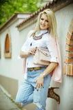 Η νέα τοποθέτηση γυναικών ομορφιάς στην οδό, διαμορφώνει την πρότυπη, μοντέρνη και τονισμένη φωτογραφία, hipster, υπαίθριο πορτρέ Στοκ Εικόνες