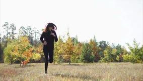 Η νέα φίλαθλη γυναίκα κάνει καθημερινά επιλύει, πηδώντας υπαίθρια το πρόωρο φθινόπωρο απόθεμα βίντεο