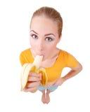 Η νέα χαμογελώντας γυναίκα τρώει την μπανάνα Στοκ εικόνα με δικαίωμα ελεύθερης χρήσης