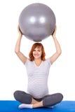 Η νέα όμορφη έγκυος γυναίκα που κάνει τις ασκήσεις με το fitball απομονώνει Στοκ φωτογραφία με δικαίωμα ελεύθερης χρήσης