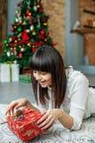 Η νέα όμορφη γυναίκα ανοίγει το δώρο κιβωτίων Νέο έτος έννοιας, εύθυμο Στοκ Εικόνες
