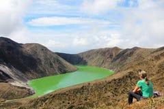 Η νέα όμορφη γυναίκα απολαμβάνει τη θέα Laguna Verde στη λίμνη σε Narino, Κολομβία Στοκ εικόνες με δικαίωμα ελεύθερης χρήσης