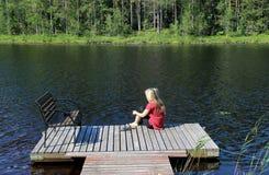Η νέα όμορφη γυναίκα απολαμβάνει τη φύση της Φινλανδίας στοκ εικόνες