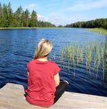 Η νέα όμορφη γυναίκα απολαμβάνει τη φύση της Φινλανδίας στοκ εικόνα με δικαίωμα ελεύθερης χρήσης
