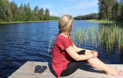 Η νέα όμορφη γυναίκα απολαμβάνει τη φύση της Φινλανδίας στοκ φωτογραφίες