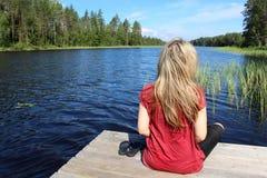 Η νέα όμορφη γυναίκα απολαμβάνει τη φύση της Φινλανδίας στοκ φωτογραφίες με δικαίωμα ελεύθερης χρήσης