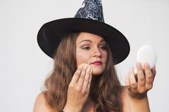 Η νέα όμορφη γυναίκα αποτελεί το πρόσωπό της για το κόμμα αποκριών Στοκ Εικόνα