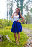 Η νέα όμορφη γυναίκα θέτει να παρουσιάσει καλοκαίρι φορεμάτων υπαίθρια στο ηλιοβασίλεμα Στοκ φωτογραφία με δικαίωμα ελεύθερης χρήσης