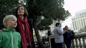 Η νέα όμορφη γυναίκα και ένα γοητευτικό μικρό παιδί περπατούν σε ένα πεζοδρόμιο στο Λας Βέγκας απόθεμα βίντεο