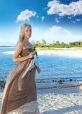 Η νέα όμορφη γυναίκα με αυξήθηκε seacoast. Πορτρέτο σε μια ηλιόλουστη ημέρα Στοκ φωτογραφία με δικαίωμα ελεύθερης χρήσης