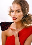 Η νέα όμορφη γυναίκα με την αλυσίδα και κάνει όπως gussar Στοκ εικόνες με δικαίωμα ελεύθερης χρήσης