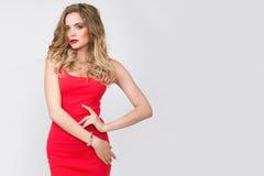 Η νέα όμορφη γυναίκα με φωτεινό αποτελεί, κόκκινο φόρεμα Στοκ εικόνες με δικαίωμα ελεύθερης χρήσης