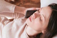 Η νέα όμορφη γυναίκα μιλά το κινητό τηλέφωνο και την ανακούφιση που κατεβαίνουν το τηλέφωνο Στοκ φωτογραφία με δικαίωμα ελεύθερης χρήσης