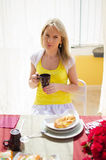 Η νέα όμορφη γυναίκα πίνει τον καφέ Στοκ Εικόνες