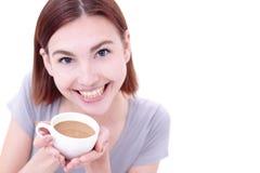 Η νέα όμορφη γυναίκα πίνει τον καφέ στοκ εικόνα με δικαίωμα ελεύθερης χρήσης