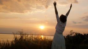 Η νέα όμορφη γυναίκα που γυρίζει στο Θεό στη φύση, η επίκληση κοριτσιών δίπλωσε τα χέρια της στο πηγούνι, έννοια της θρησκείας απόθεμα βίντεο