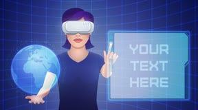 Η νέα όμορφη γυναίκα στην κάσκα εικονικής πραγματικότητας ελέγχει φανταστικό Στοκ Εικόνα