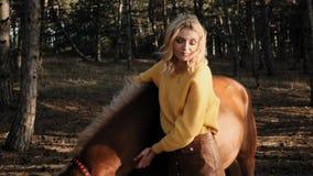 Η νέα όμορφη γυναίκα στο κίτρινο sweather κτυπά το ισχυρό αρσενικό στο ξύλο σε αργή κίνηση απόθεμα βίντεο