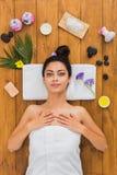 Η νέα όμορφη γυναίκα χαλαρώνει aroma spa στο κέντρο wellness Στοκ φωτογραφία με δικαίωμα ελεύθερης χρήσης