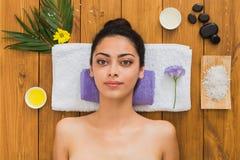 Η νέα όμορφη γυναίκα χαλαρώνει aroma spa στο κέντρο wellness Στοκ Εικόνες