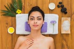 Η νέα όμορφη γυναίκα χαλαρώνει aroma spa στο κέντρο wellness Στοκ Φωτογραφία