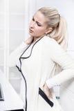 Η νέα όμορφη επιχειρησιακή γυναίκα έχει τους πόνους σε την πίσω Στοκ εικόνες με δικαίωμα ελεύθερης χρήσης