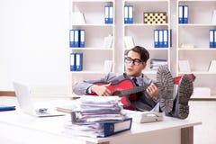 Η νέα όμορφη κιθάρα παιχνιδιού επιχειρηματιών στο γραφείο στοκ φωτογραφίες