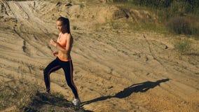 Η νέα όμορφη κυρία κάνει τα αθλητικά exercices απόθεμα βίντεο