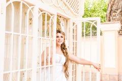 Η νέα όμορφη νύφη περιμένει το νεόνυμφο κοντά στο παράθυρο Όμορφη νύφη αναμμένη από το φως του ήλιου όμορφη νέα αναμονή νυφών Στοκ Εικόνες