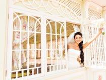 Η νέα όμορφη νύφη περιμένει το νεόνυμφο κοντά στο παράθυρο Όμορφη νύφη αναμμένη από το φως του ήλιου όμορφη νέα αναμονή νυφών Στοκ φωτογραφίες με δικαίωμα ελεύθερης χρήσης