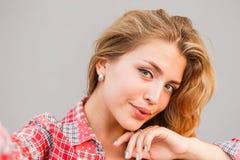 Η νέα όμορφη ξανθή γυναίκα φωτογραφίστηκε στο τηλέφωνο Στοκ φωτογραφία με δικαίωμα ελεύθερης χρήσης
