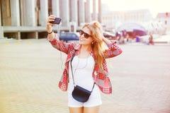 Η νέα όμορφη ξανθή γυναίκα φωτογραφίστηκε στο smartphone Στοκ φωτογραφίες με δικαίωμα ελεύθερης χρήσης